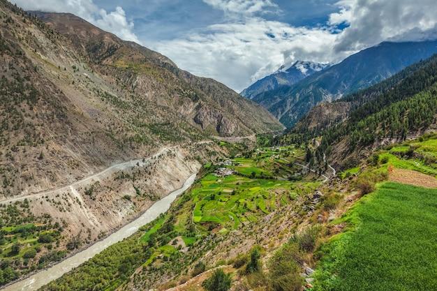 Rzeka chandra w dolinie lahaul w himalajach