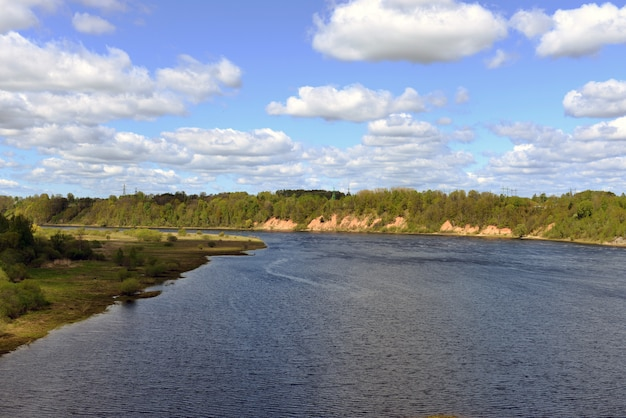 Rzeka daugava w pobliżu miasta aizkraukle, łotwa