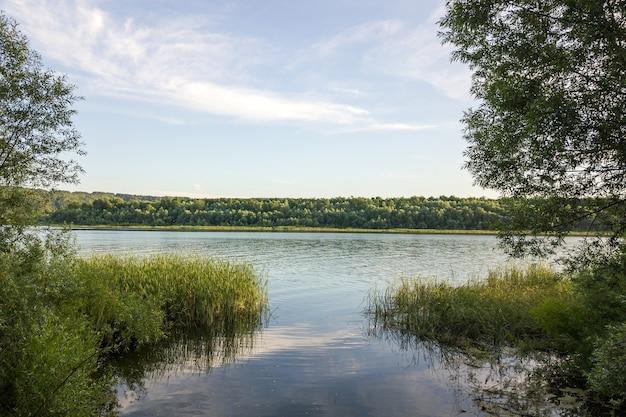 """Rzeka dniestr i odległe wzgórza w rejonie bakoty, część parku narodowego """"podolski tovtry"""" na ukrainie"""