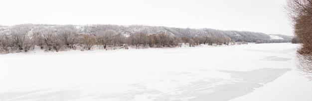 Rzeka don pokryta jest lodem. zimowy krajobraz