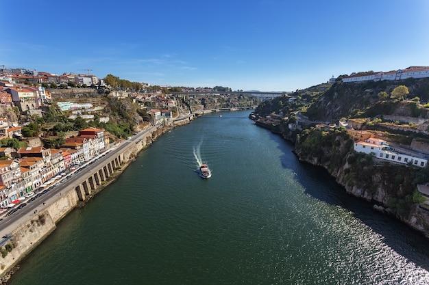 Rzeka douro przez portugalskie miasto porto.