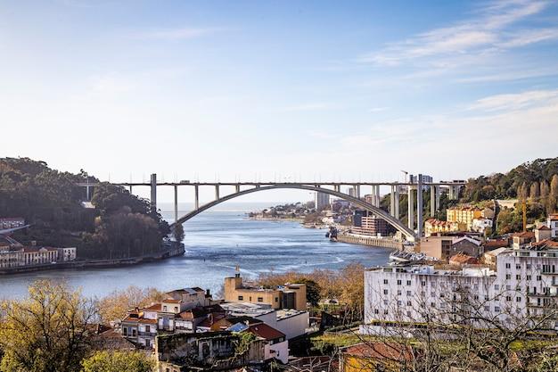 Rzeka duero w portugalii z widokiem na most luis iv listopada 2019 r