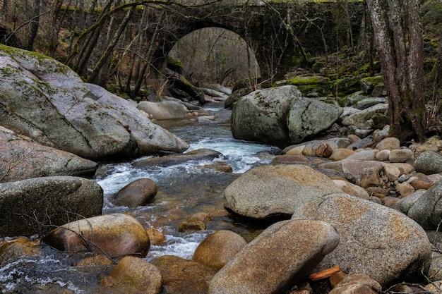 Rzeka francia. krajobraz w parku przyrody batuecas. hiszpania.