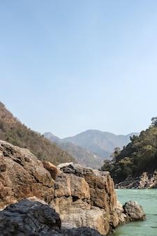 Rzeka ganga w pobliżu rishikesh uttarkhand indie