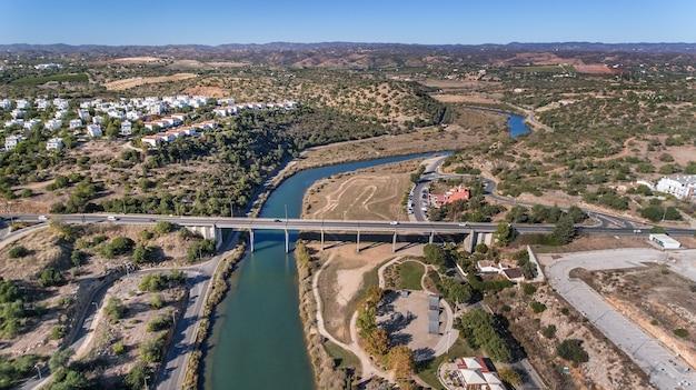 Rzeka gilao i mosty w mieście tavira.