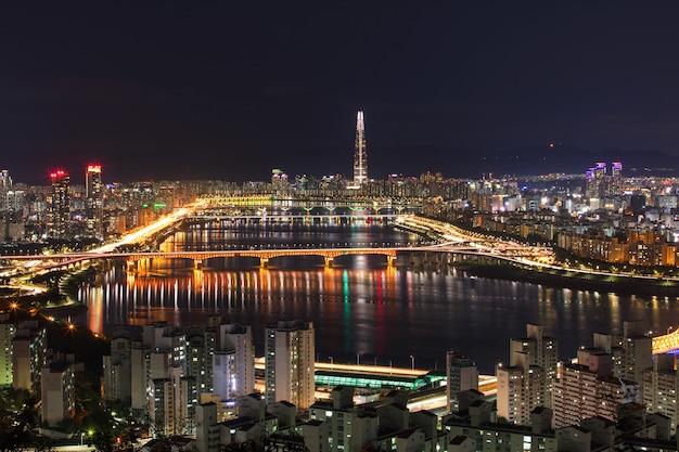 Rzeka han i miasto seul w nocy