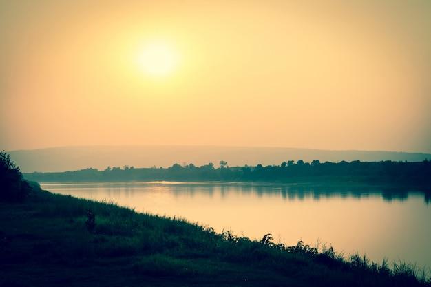 Rzeka i góry o zachodzie słońca