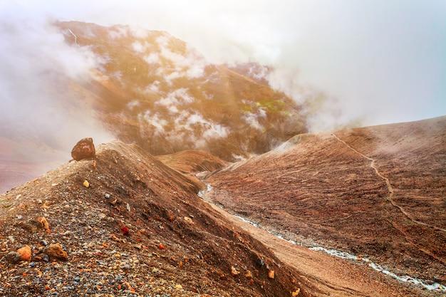 Rzeka i góry w nepalu