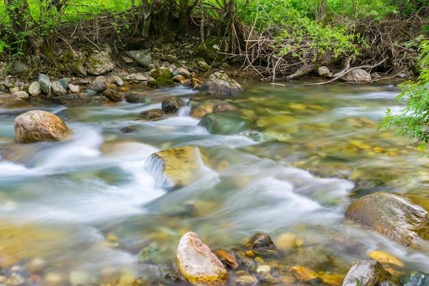Rzeka kolasinskaya przepływa przez miasto z szybkim przepływem. czarnogóra, kolasin.