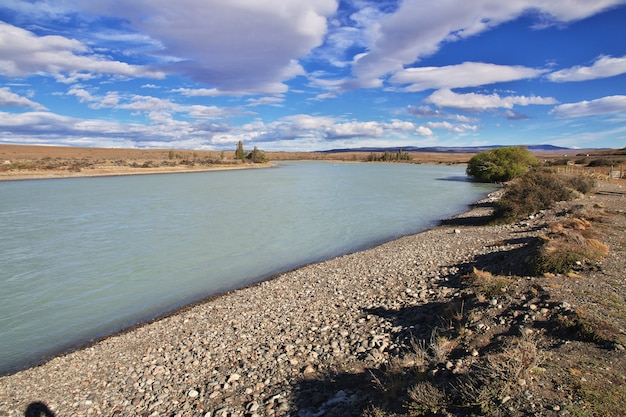 Rzeka la leona w patagonii, argenina