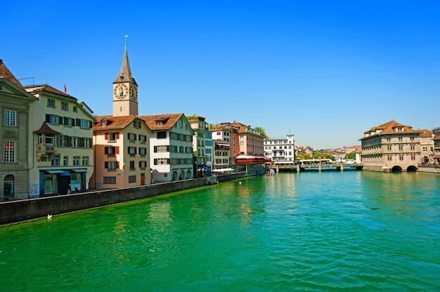 Rzeka limmat w zurychu w szwajcarii. historyczne centrum zurychu z widokiem na rzekę i most.