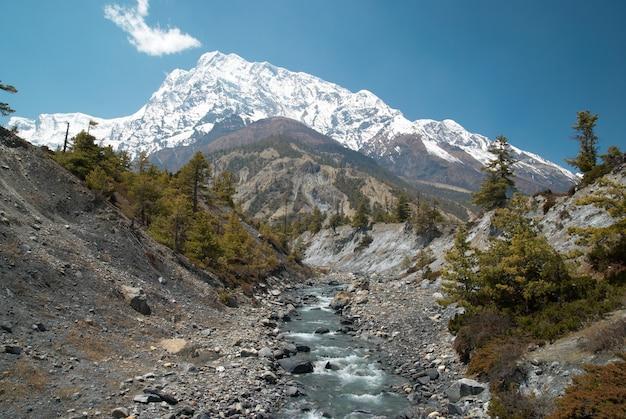Rzeka marsyangdi przepływa przez dolinę tybetańską.