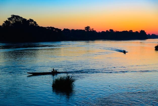 Rzeka mekong 4000 wysp laos, niebo dramatyczne wschodu słońca, mgła mgła na wodzie, azja południowo-wschodnia