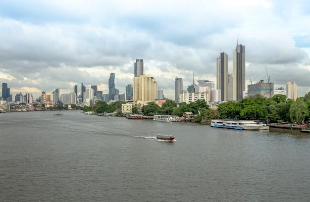 Rzeka menam i widok z boku na rzekę
