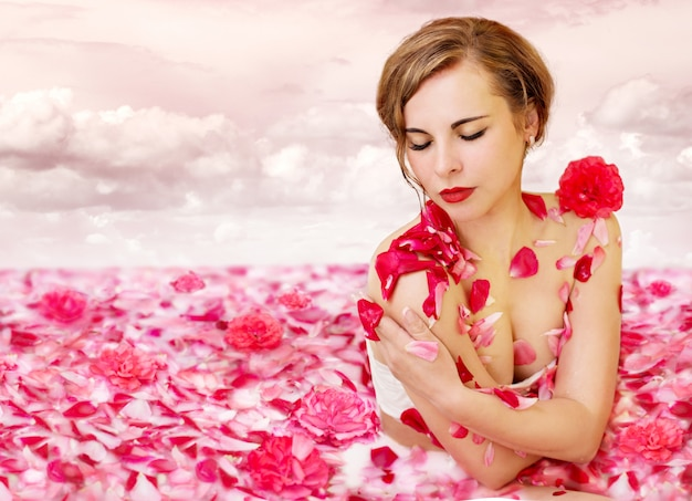 Rzeka mleczna z płatkami róż