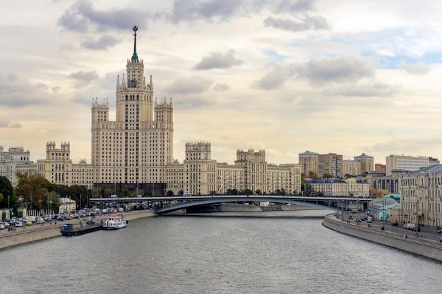 Rzeka moskwy i wieżowiec stalina w letni wieczór