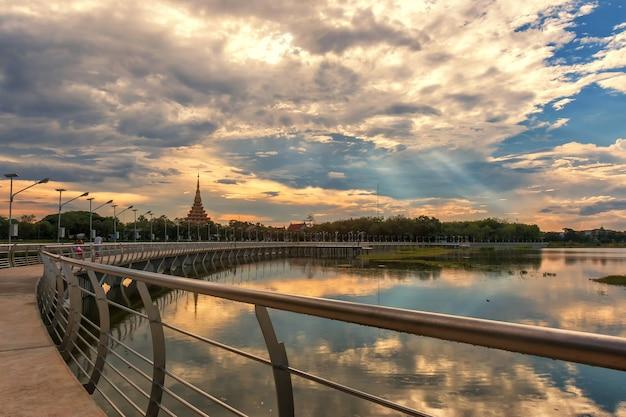 Rzeka most z zachodem słońca