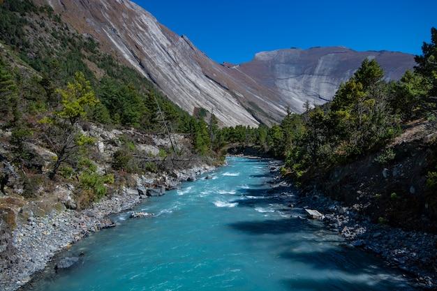 Rzeka na annapurna circuit trekking, nepal, krajobrazowa fotografia