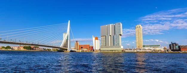 Rzeka nieuwe maas w rotterdamie w holandii