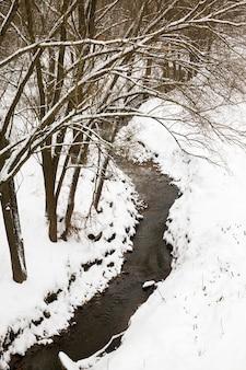 Rzeka pokryta śniegiem