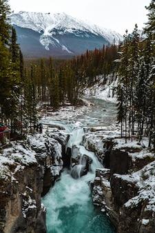 Rzeka pośrodku hipnotyzującej górskiej scenerii
