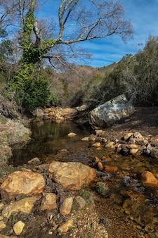 Rzeka ruecas. krajobraz w parku przyrody las villuercas. canamero. extremadura. hiszpania.