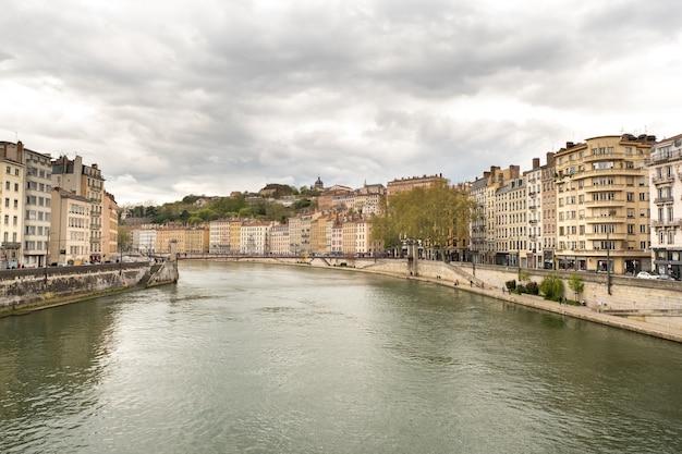 Rzeka saona w lyonie wiosną we francji.