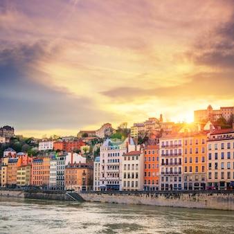 Rzeka saona w mieście lyon o zachodzie słońca, francja