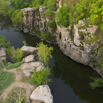 Rzeka w głębokim kamiennym kanionie we wsi buky, obwód czerkaski, ukraina.