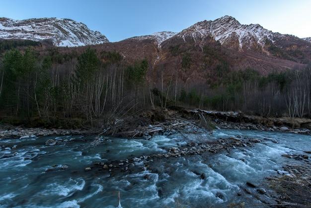 Rzeka w górach. górzysty teren. wodospady w górach w lesie