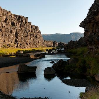 Rzeka w wąwozie poniżej stromych skalistych klifów