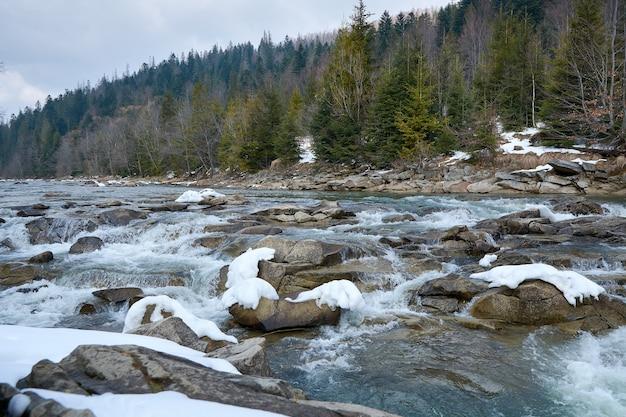 Rzeka w wiosennych górach