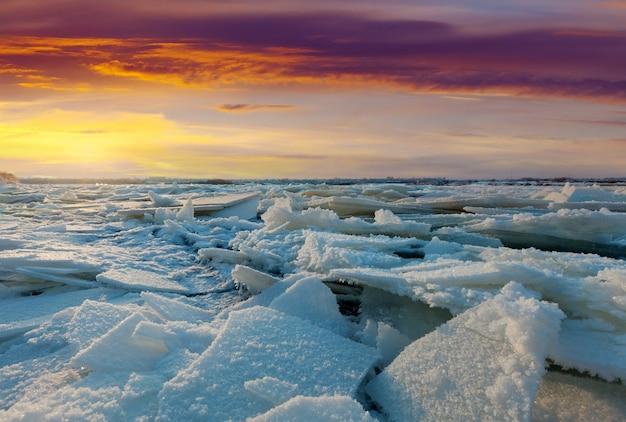Rzeka w zimie zachód słońca