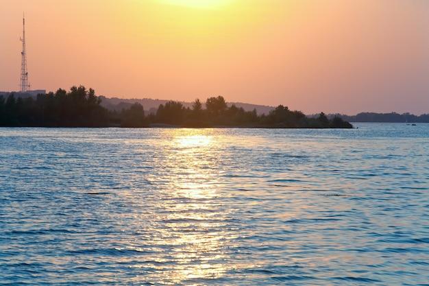 Rzeka zachód słońca widok ze ścieżką światła słonecznego na powierzchni wody (dniepr, ukraina).
