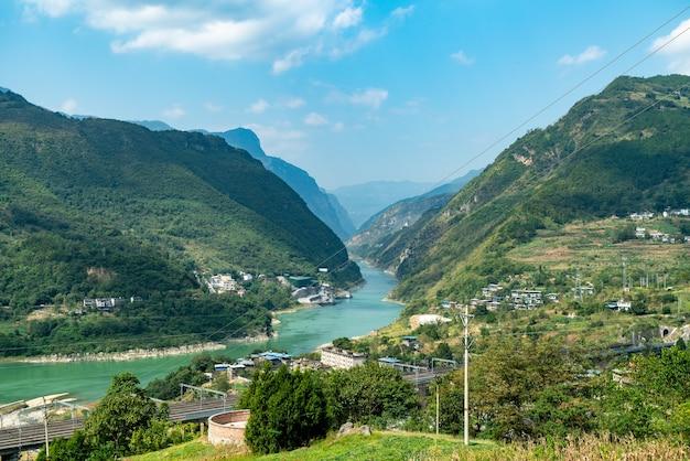 Rzeki w górach i dolinach znajdują się w chongqing w chinach