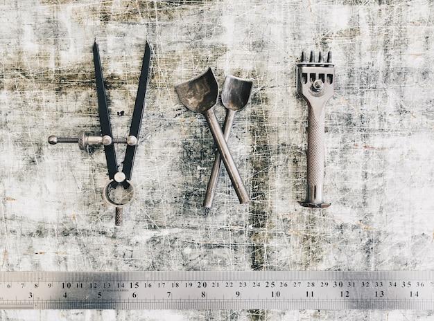Rzemienni rzemioseł narzędzia na praca stołu tle. biurko z rzemieślniczą skórą