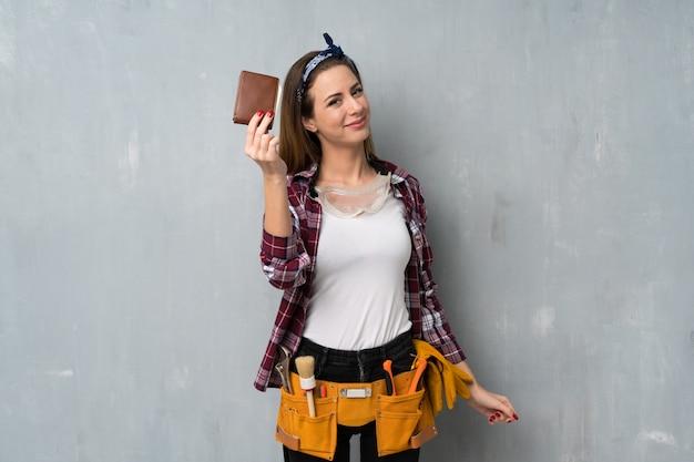 Rzemieślnicy lub elektryk kobieta trzyma portfel