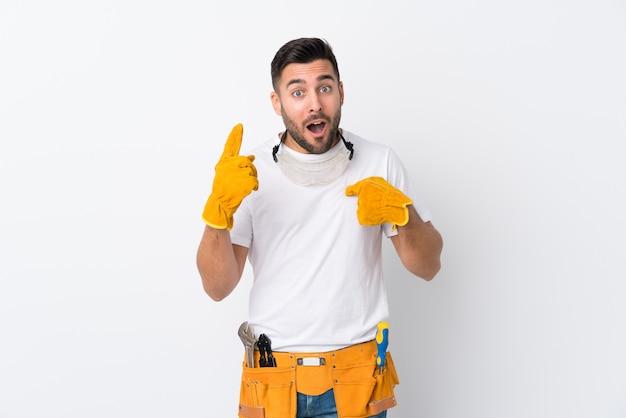 Rzemieślnicy lub elektryk mężczyzna na białym tle z zaskoczony wyraz twarzy