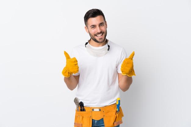 Rzemieślnicy lub elektryk mężczyzna na pojedyncze białe ściany dając kciuki gest