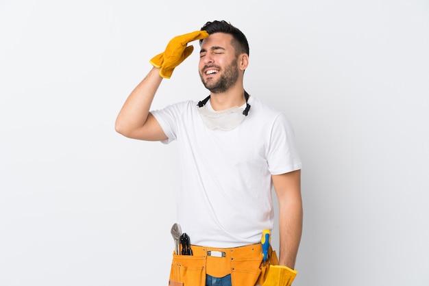 Rzemieślnicy lub elektryk mężczyzna nad śmiechem na białym tle ściany