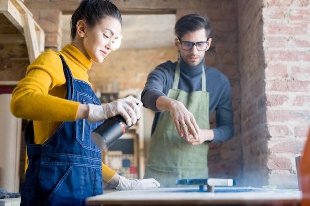 Rzemieślnicy wykonujący kreatywną stolarkę
