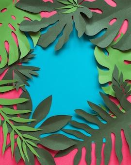 Rzemieślnicza kreatywna dekoracyjna kwiatowa rama wykonana z papierowych kwiatów i liści, karta zaproszenia z różnymi liśćmi na niebiesko. flat lay.
