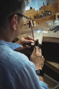 Rzemieślniczka pracuje w warsztacie