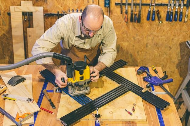 Rzemieślnik drewna na frezarce pionowej