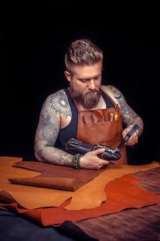 Rzemieślnik obrabia przedmiot ze skóry