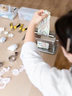 Rzemieślnik pracujący w atelier z gliną