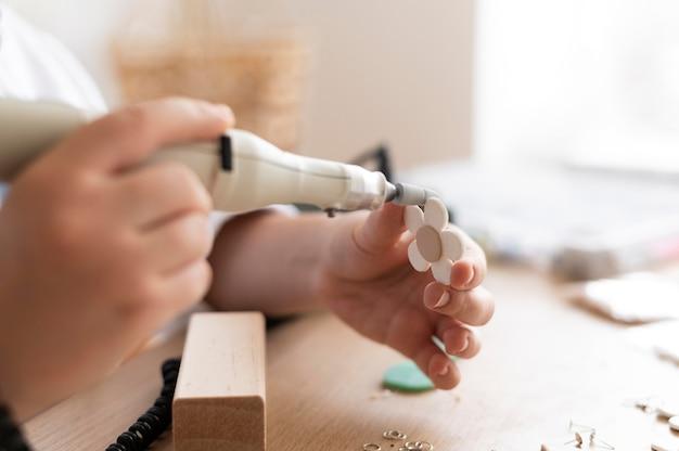 Rzemieślnik pracujący w atelier z pistoletem do kleju