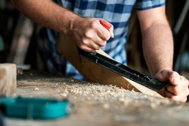 Rzemieślnik pracujący z drewnem