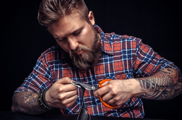 Rzemieślnik pracujący ze skórą za pomocą rzemieślniczych korków
