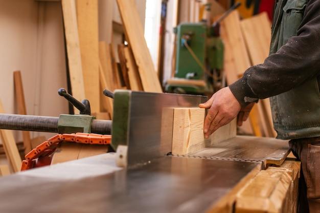 Rzemieślnik pracuje w swojej przestrzeni roboczej. praca stolarska w stolarstwie.